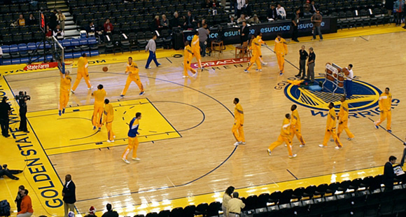 NBA: Golden State Warriors w pełni korzysta z własnego parkietu